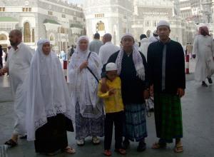 Bersama di depan Masjidil Haram