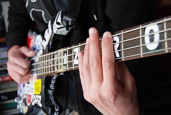 Posisi pergelangan tangan dalam memainkan teknik bass slap octave